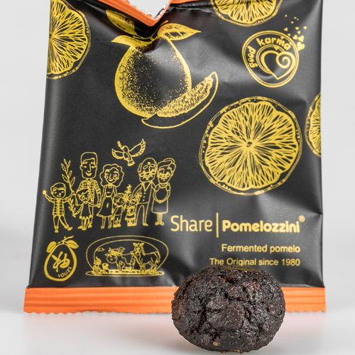 Einzelsachet Share Pomelozzini mit ausgepackter Frucht