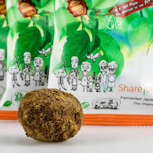 ausgepackte share original pflaume im kräutermantel